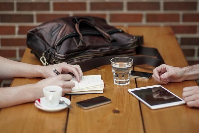 Interview autour d'une table avec ecran tactile