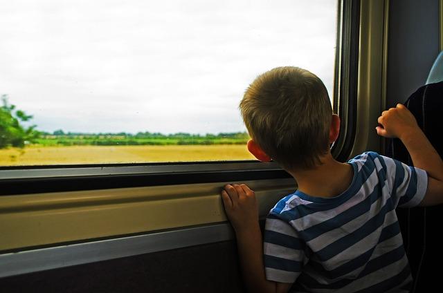 un enfant qui voyage et regarde par la fenètre